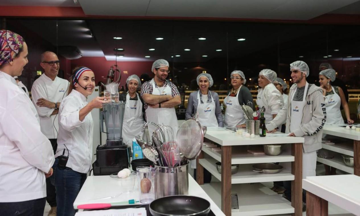 No Espaço Senac, a chef Gisela Abrantes e a nutricionista Sonja Salles ensinaram receitas com açúcares do bem Foto: Cecília/O Globo