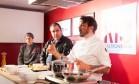 O chef Rodrigo Kossatz e o beer sommelier José Honorato harmonizaram um carbonara com cerveja belga Foto: Bianca Pimenta/O Globo