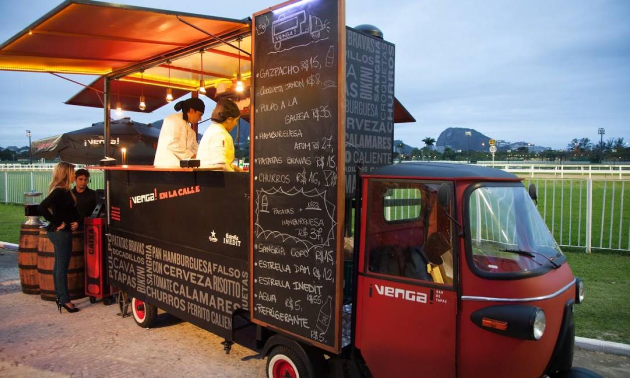 Uma das novidades do evento, o charmoso food truck do Venga servia croquetas de jamón e batatas bravas Foto: Bianca Pimenta/O Globo
