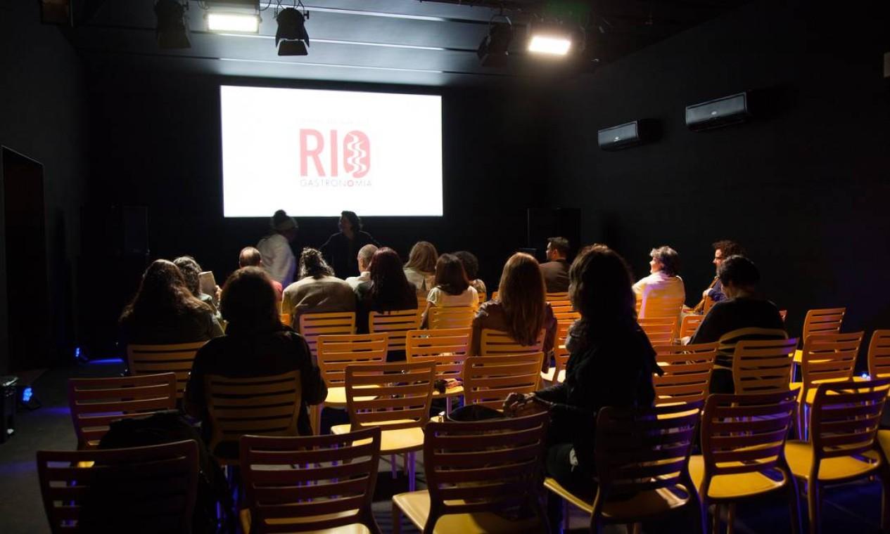 """A ecochef Teresa Corção, do Instituto Maniva, apresentou o documentário """"O caminho da comida"""", que mostra o trajeto do alimento no interior do Rio até a venda nas feiras orgânicas Foto: Bianca Pimenta/O Globo"""