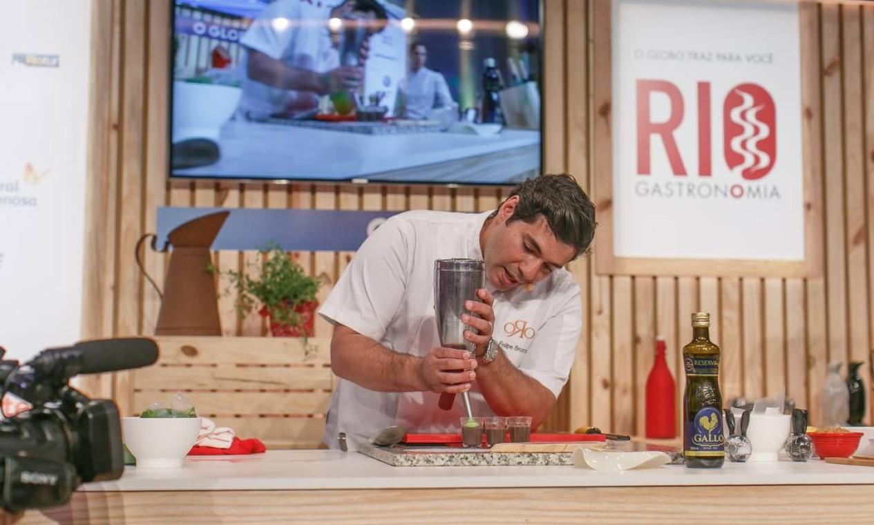 O chef Felipe Bronze preparou a espuma de caldinho de feijão com couve, servida no Pipo Foto: Marco Sobral/O Globo