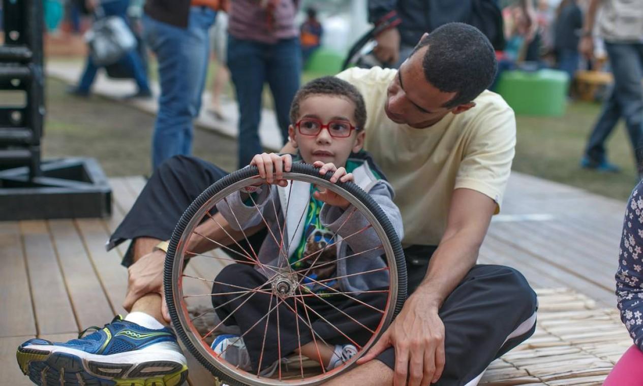 O grupo Ciclo Natural ensinou a criançada a tirar som de objetos inusitados Foto: Marco Sobral/O Globo