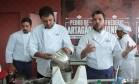 O chef Pedro de Artagão cozinhou com o proprietário do Bar do Momo, no Espaço Senac Foto: Cecília Acioli/O Globo