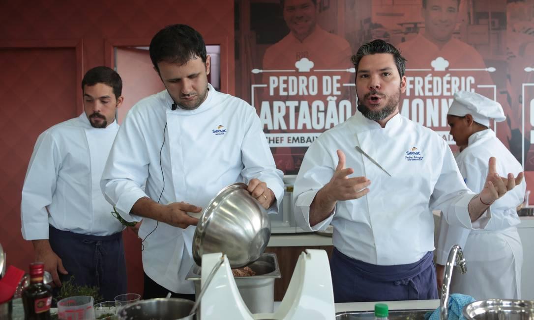 O chef Pedro de Artagão cozinhou com o chef do Bar do Momo, no Espaço Senac Foto: Cecília Acioli/O Globo