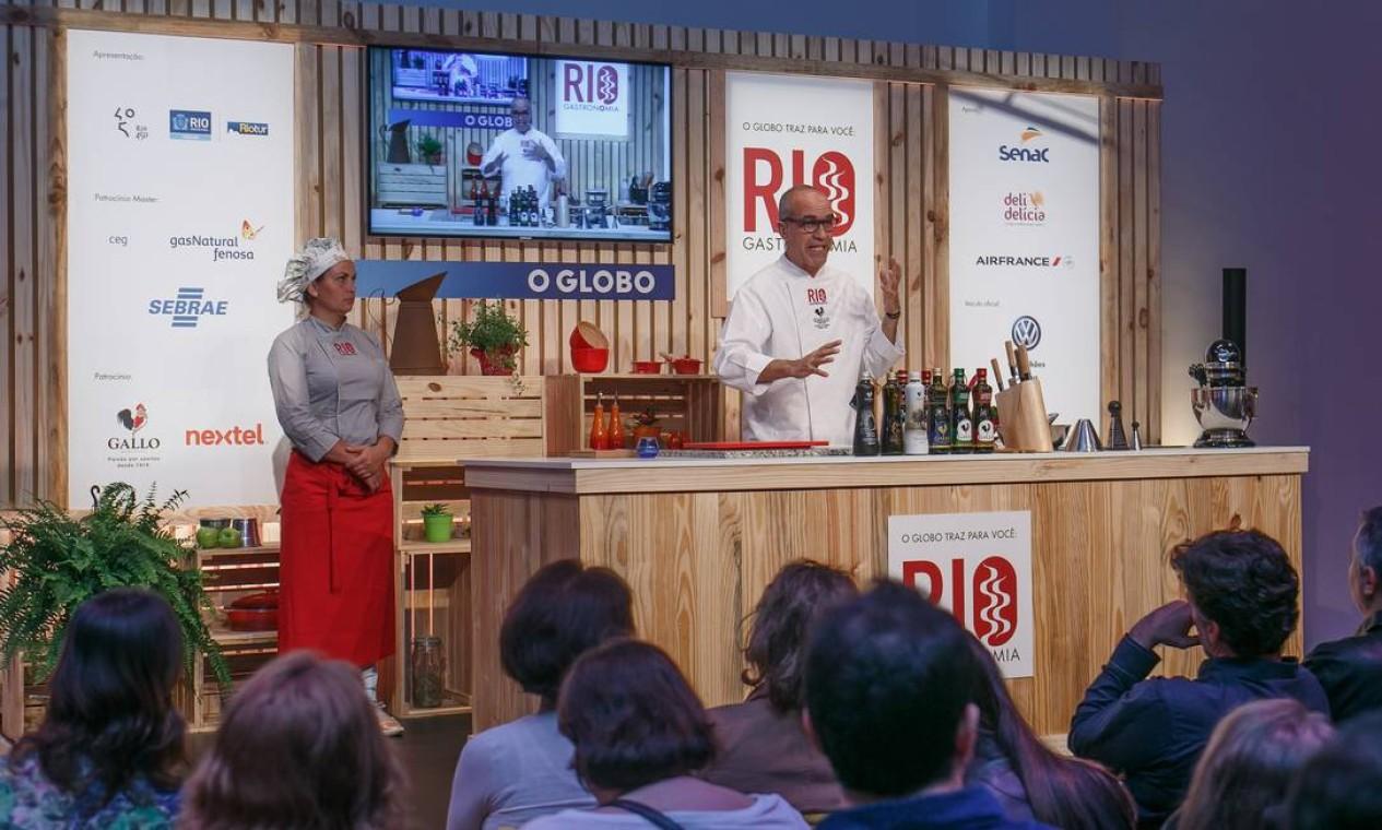 Marcelo Scofano explicou os benefícios do azeite para a saúde na aula no auditório do Rio Gastronomia Foto: Marco Sobral/O Globo