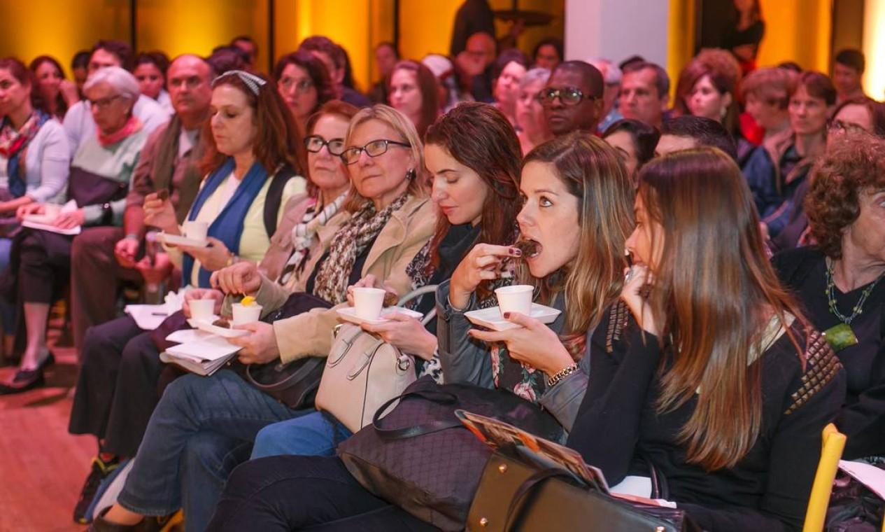Para que o público pudesse degustar, ele escolheu o bolinho de feijoada da chef Kátia Barbosa, que foi frito no azeite de oliva Gallo Foto: Marco Sobral/O Globo