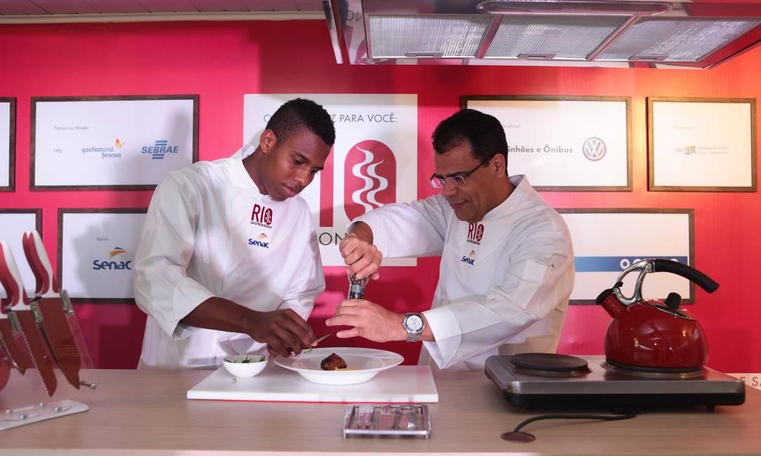 Os chefs Dudu Silva e Júlio Lima ensinaram uma receita de lombo de porco com tamarindo, no Caminhão Cozinha Show do Senac Foto: Cecília Acioli/O Globo