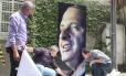 Homenagem: pôster com a imagem de Eduardo Campos é instalado em frente à sua casa, em Recife: enterro será hoje às 17h