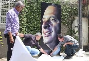 Homenagem: pôster com a imagem de Eduardo Campos é instalado em frente à sua casa, em Recife: enterro será hoje às 17h Foto: André Coelho