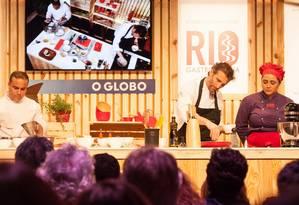 O chef italiano Paolo Lavezinni preparou costela de porco com polenta branca na última aula do sábado no auditório Foto: Bianca Pimenta/O Globo