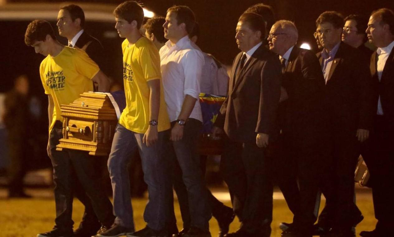 Filhos de Eduardo Campos, o governador de Pernambuco e políticos carregam o caixão com restos mortais de Eduardo Campos Foto: Pedro Kirilos / Agência O Globo