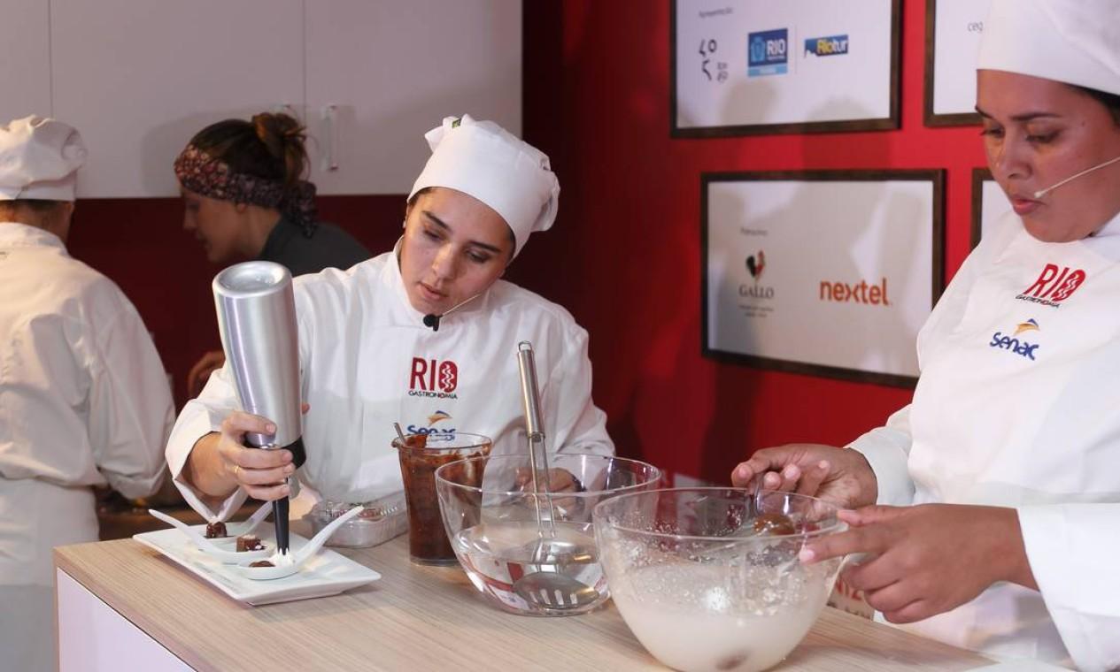 As chefs Lucília e Walquíria mostraram aos participantes do Caminhão Cozinha Show as delícias da cozinha molecular Foto: Marco Sobral/O Globo