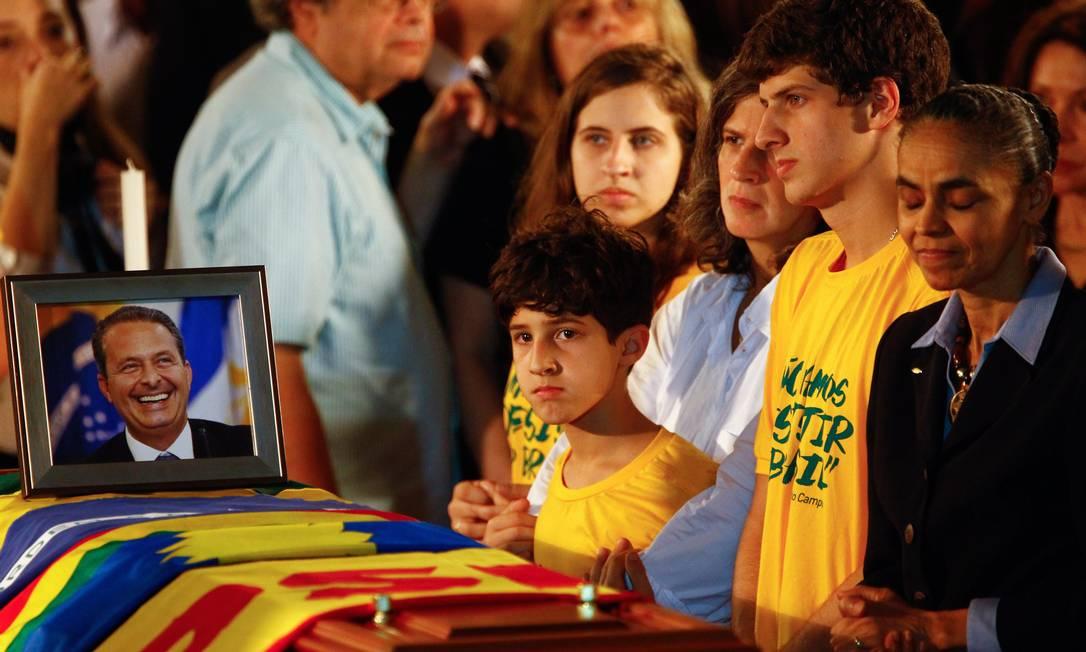 Renata Campos, filhos e Marina Silva velam o corpo do ex-governador na sede do governo de PE Foto: André Coelho / Agência O Globo