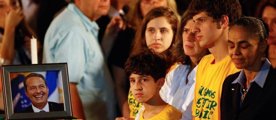 Renata, viúva do do ex governador acompanhada dos filhos e de Marina Silva junto ao caixão de Eduardo Campos Foto: André Coelho / Agência O Globo