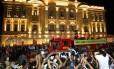 O carro do Corpo de Bombeiros com o caixão de Eduardo Campos chega ao Palácio das Princesas com os filhos do ex-governador