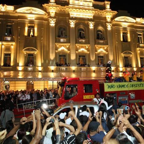 O carro do Corpo de Bombeiros com o caixão de Eduardo Campos chega ao Palácio das Princesas com os filhos do ex-governador Foto: André Coelho / Agência O Globo