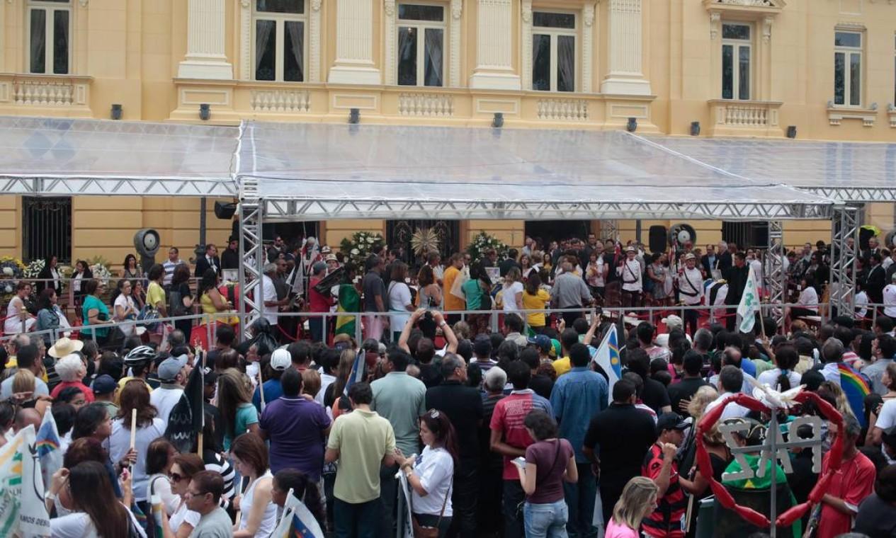 Velório do ex-governador Eduardo Campos atrai populares ao Palácio Campo das Princesas, sede do governo de Pernambuco Foto: André Coelho / O Globo
