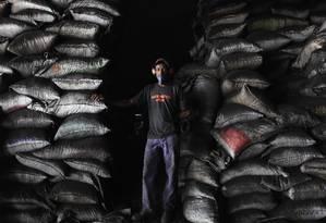 O Haitiano Ivon Belisarie na carvoaria: trabalho degradante e quilos a menos Foto: Fernando Donasci / O Globo