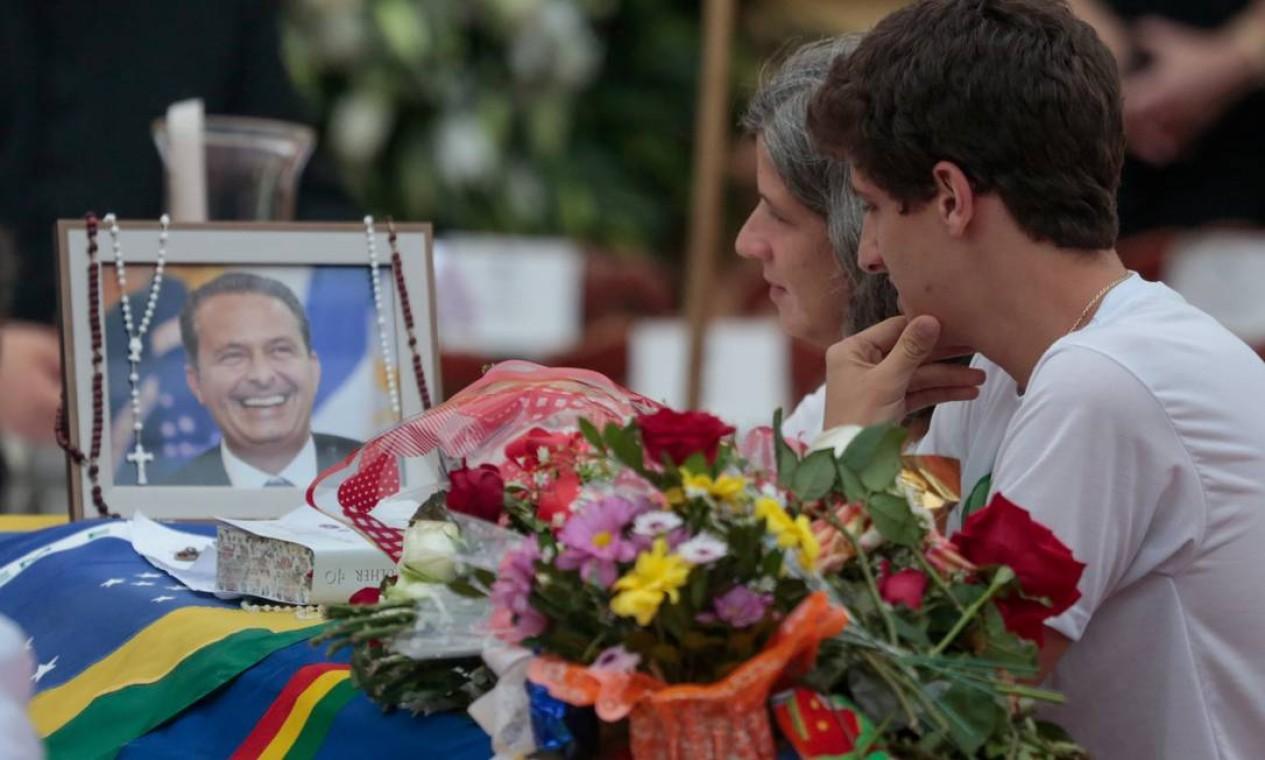 A viúva Renata vela o corpo de Eduardo ao lado de seu filho mais velho, João Campos Foto: Pedro Kirilos