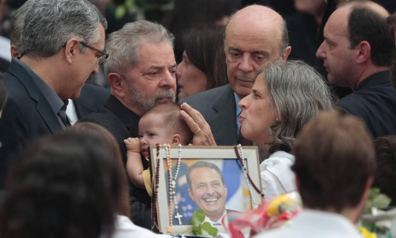 Lula dá carinho ao filho de Eduardo Campos com Renata Foto: Pedro Kirilos / Agência O Globo
