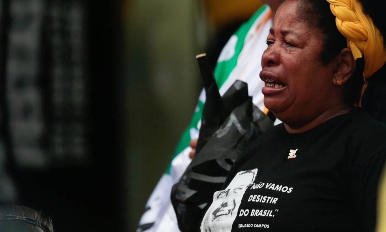 Com velório aberto ao público, admiradores prestam suas homenagens com camisas e frases do ex-governador de Pernamuco Foto: Pedro Kirilos / Agência O Globo