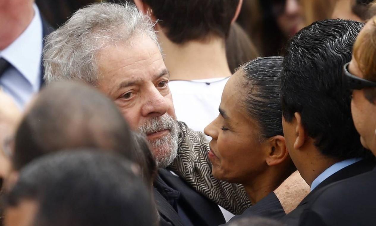 Marina, que foi ministra do Meio Ambiente do governo Lula, recebe um abraço do ex-presidente Foto: RICARDO MORAES / REUTERS