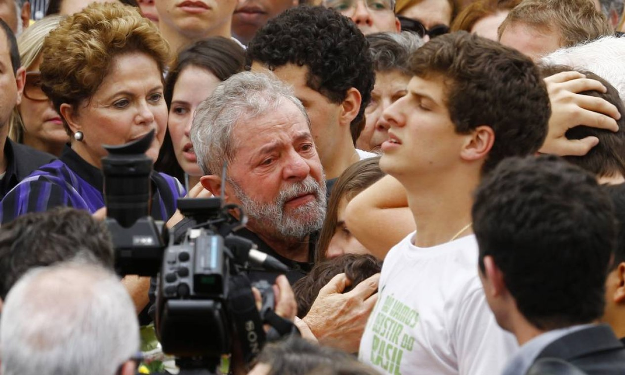 Lula muito emocionado ao fim do velório de Eduardo Campos, ao lado da família do ex-governador pernambucano Foto: RICARDO MORAES / REUTERS