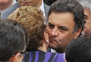 Aécio cumprimenta Dilma em velório Foto: PAULO WHITAKER / REUTERS