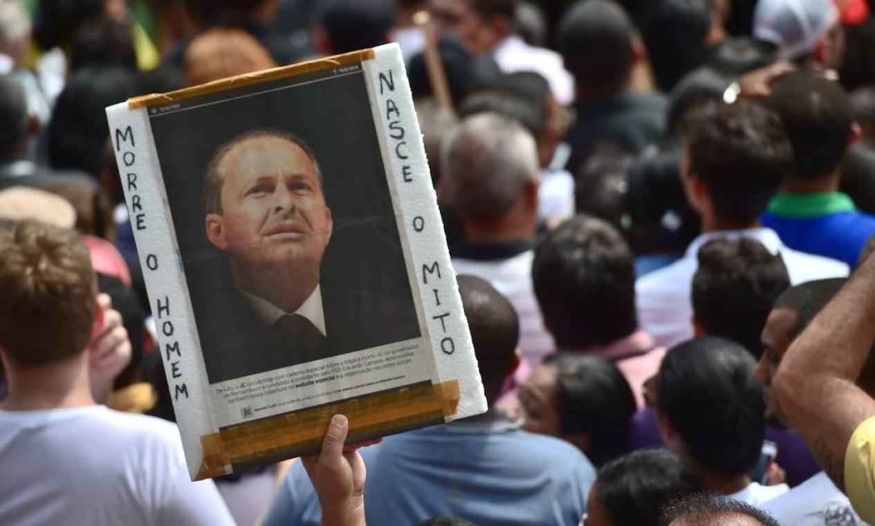 Fãs de Eduardo Campos exibem cartaz em homenagem ao ex-governador pernambucano Foto: AFP