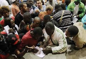 Em igreja, imigrantes são recebidos por empresários e por pessoas que querem contratá-los sem seguir as leis trabalhistas Foto: Fernando Donasci / O Globo