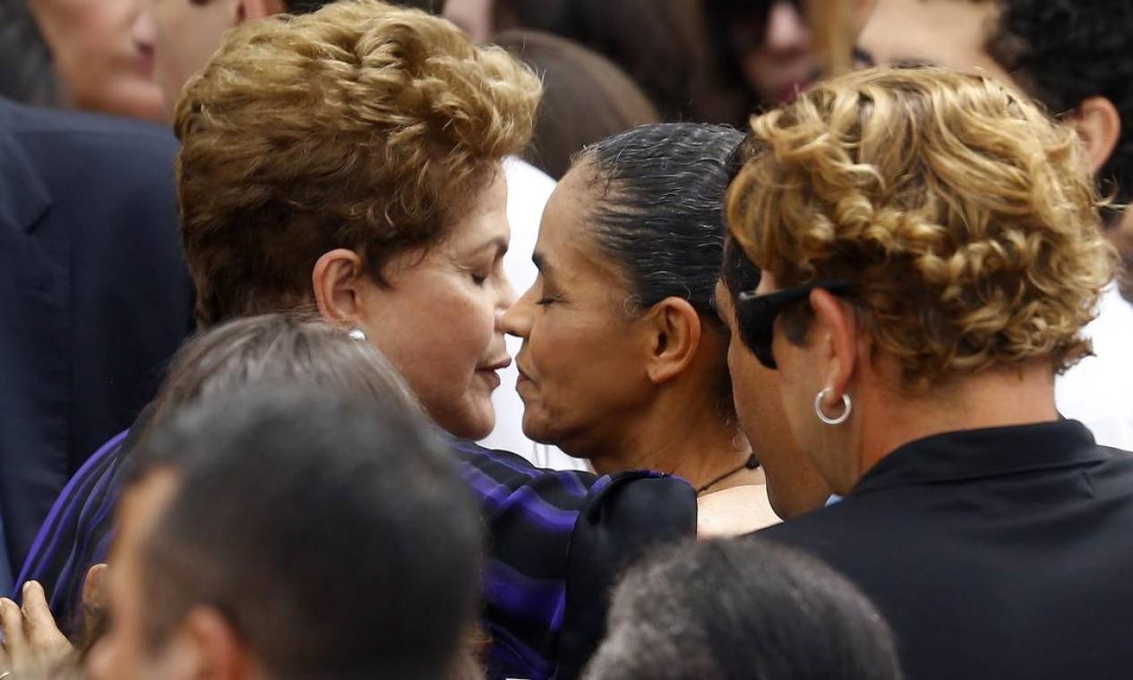 Dilma Rousseff abraça a adversária política Marina Silva durante velório de Campos Foto: REUTERS
