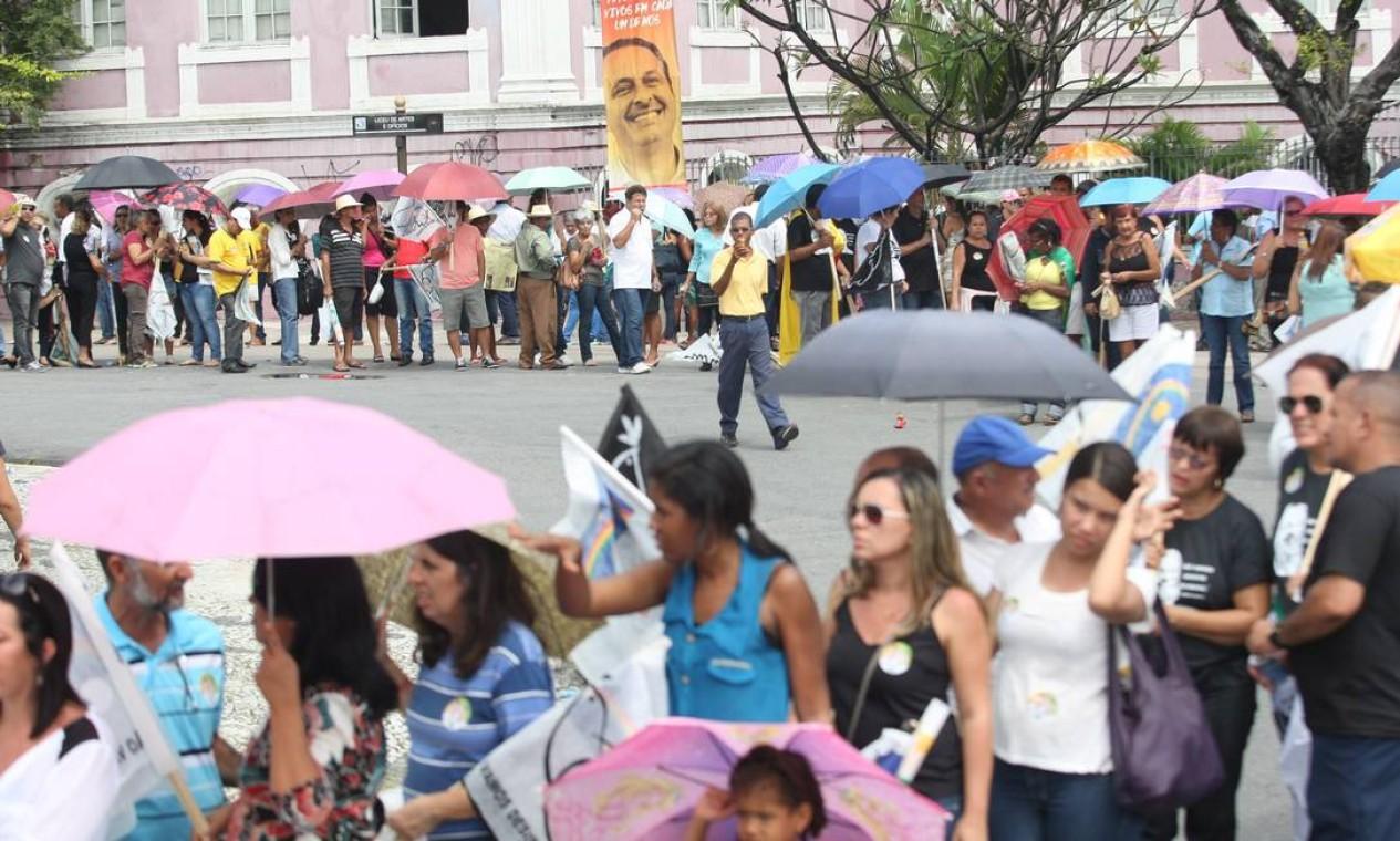 Filas se formam para chegar perto do caixão do ex-governador Foto: Agência O Globo