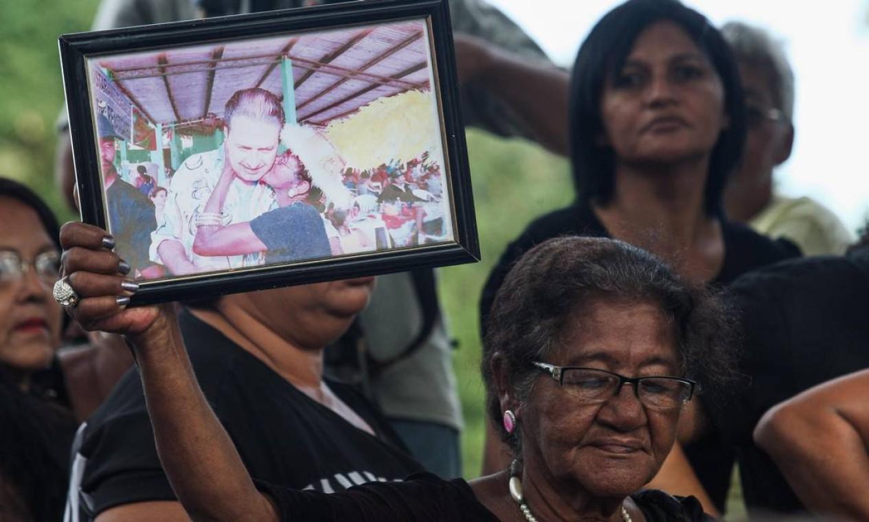 Mulher presta homenagem a socialista Foto: Agência O Globo