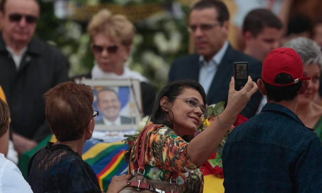 Selfie é feita durante velório de Eduardo Campos Foto: Pedro Kirilos / Agencia O Globo