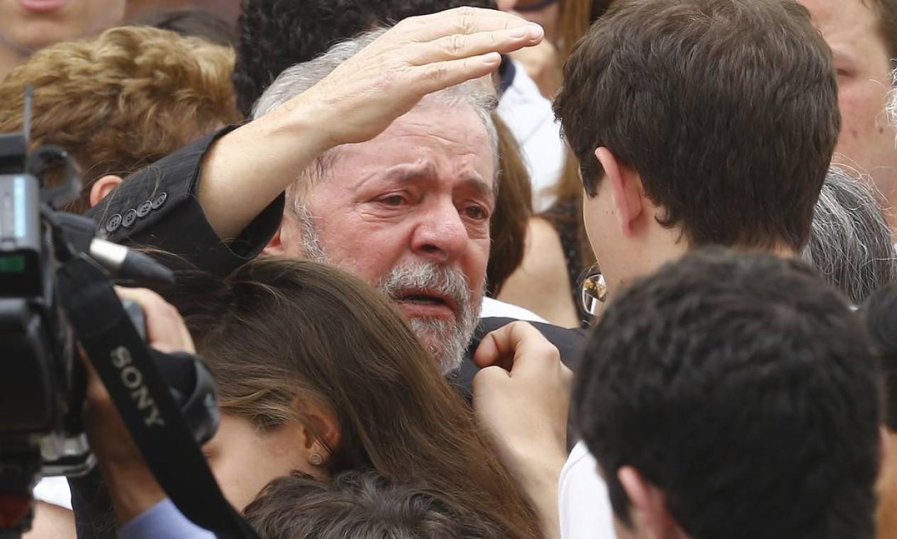Visivelmente emocionado, o ex-presidente Lula abraça um dos filhos de Eduardo Campos e Renata Foto: RICARDO MORAES / REUTERS