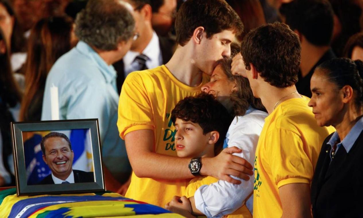 O abraço emocionado da família Campos junto ao caixão do político Foto: André Coelho / Agência O Globo