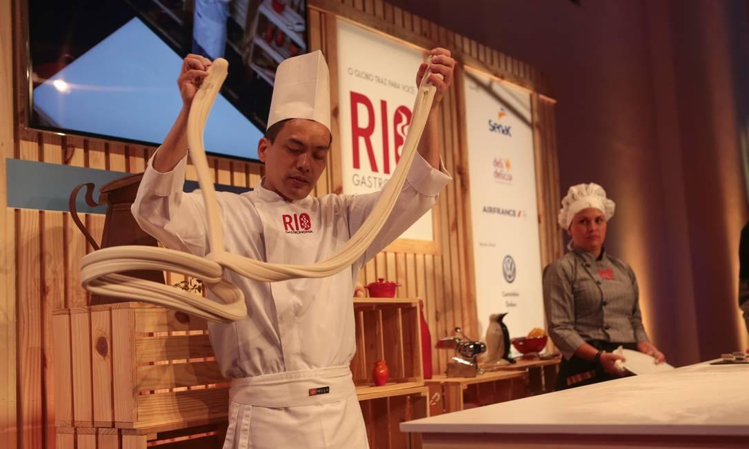 O chinês Wong Kai Keuna, do restaurante Mr. Lam, encantou as crianças com os malabarismos para preparar a massa do macarrão, na primeira aula do domingo Foto: Cecília Acioli/O Globo