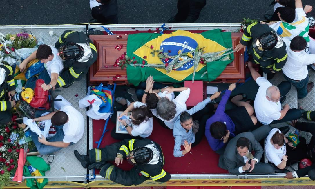Familiares e a candidata Marina Silva levam o corpo de Eduardo Campos, em cima de um caminhão dos bombeiros para o enterro no cemitério Santo Amaro Foto: Pedro Kirilos / Agência O Globo