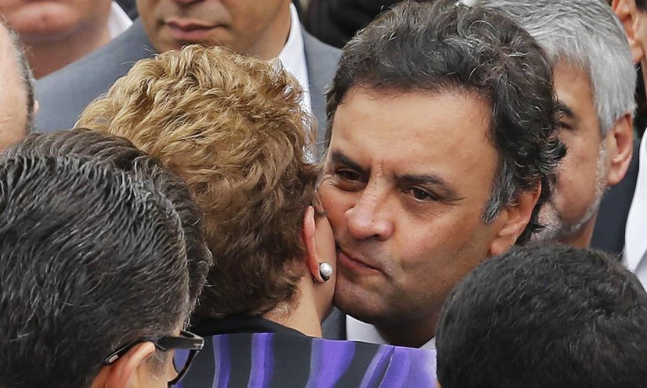 Dilma e Aécio se beijam no velório de Eduardo Campos Foto: PAULO WHITAKER / REUTERS