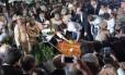 Renata, viúva de Eduardo Campos, deposita flores sobre o caixão do político socialista