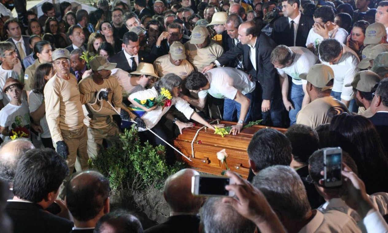 Renata, viúva de Eduardo Campos, deposita flores sobre o caixão do político socialista Foto: Agência O Globo