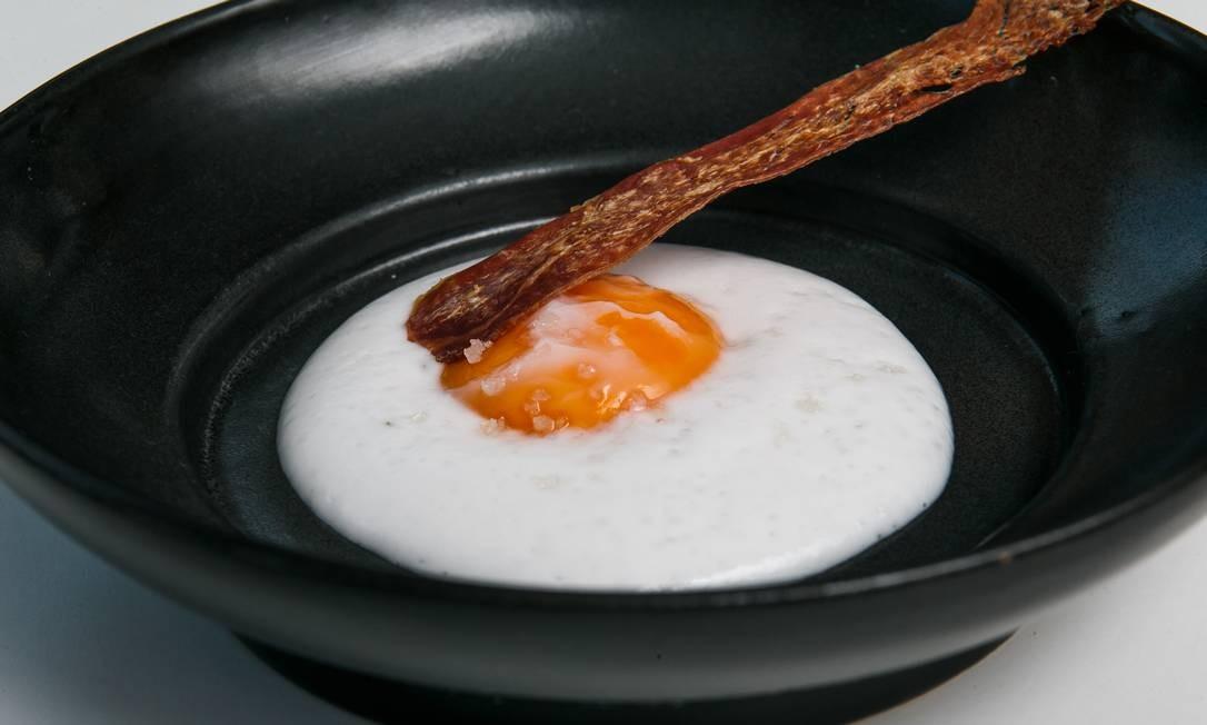 O chef Rafa Costa e Silva preparou um ovo frito com falsa clara, feita com espuma de inhame e leite de coco Foto: Marco Sobral/O Globo