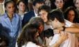 Renata, viúva de Eduardo Campos, abraça os filhos durante o enterro, observada por Marina Silva