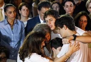 Renata, viúva de Eduardo Campos, abraça os filhos durante o enterro, observada por Marina Silva Foto: André Coelho / Agência O Globo