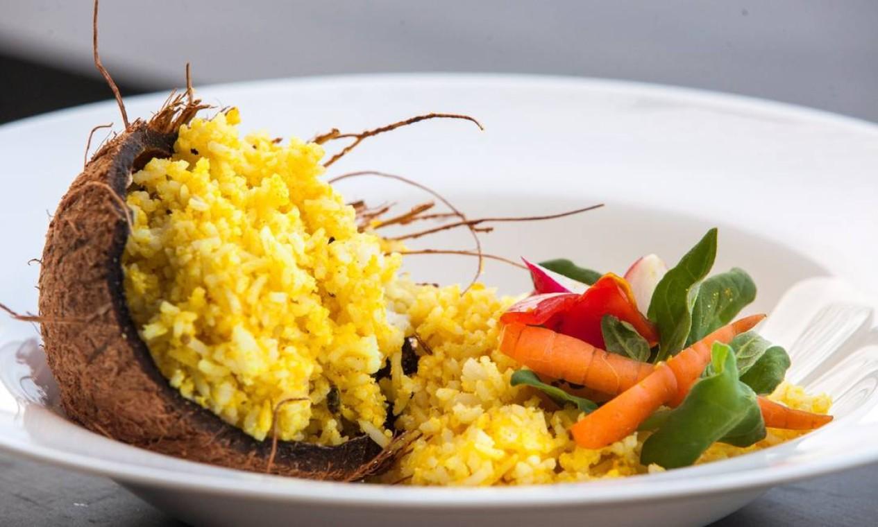 O chef Pedro Veras ensinou a preparar oBiryiani, receita à base de arroz, caldo de legumes e ágar-ágar Foto: Bianca Pimenta/O Globo