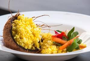 O chef Pedro Veras ensinou a preparar o Biryiani, receita à base de arroz, leite de coco e curry Foto: Bianca Pimenta/O Globo