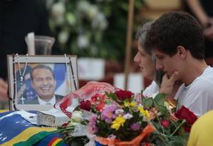 A viúva Renata, ao lado de um dos cinco filhos, observa retrato de Eduardo Campos durante velório realizado no Palácio do Campo das Princesas Foto: Agência O Globo / Pedro Kirilos