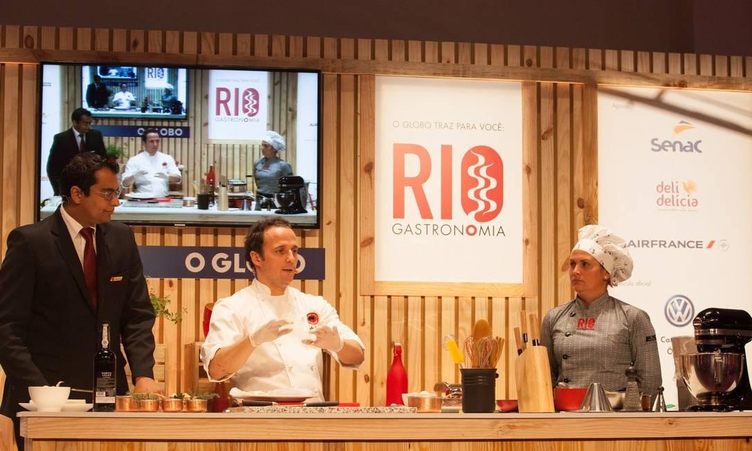 O chef espanhol Carlos Valenti, do Rubaiyat, ensinou técnicas para o preparo de carnes na última aula no auditório Foto: Bianca Pimenta/O Globo