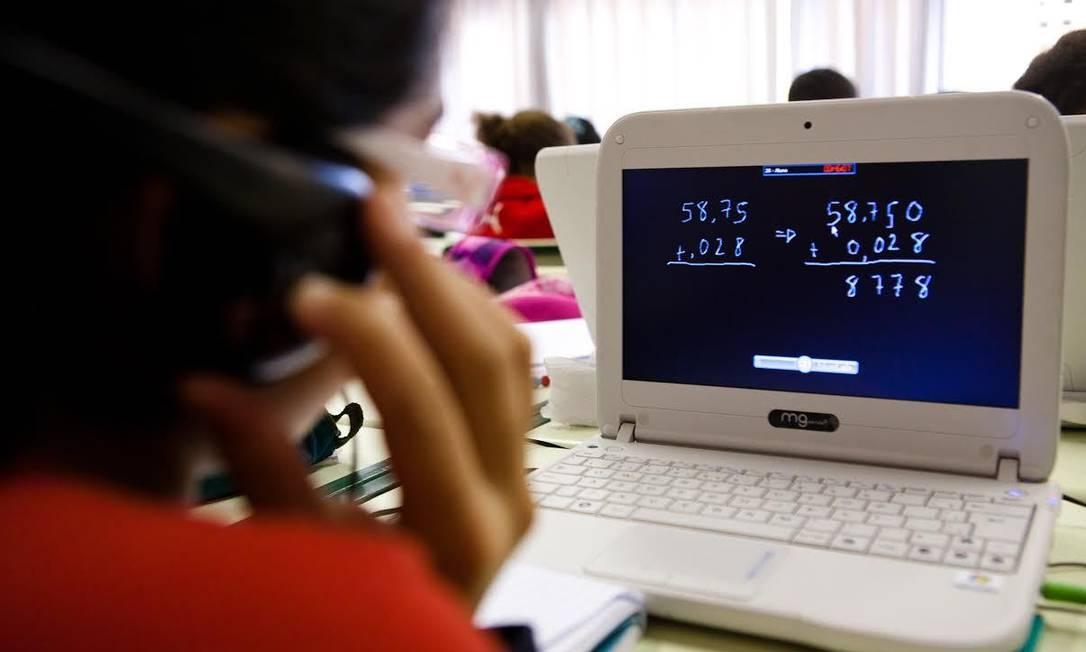 Estudant assiste a vídeo educacional em sala de aula Foto: Divulgação