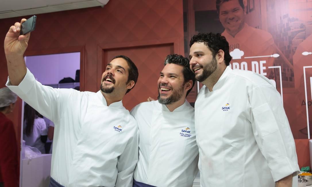Fatos e fotos. Os chefs Renato Machado, Pedro de Artagão e Bruno Magalhães também registraram sua presença no evento Foto: Cecília Acioli/O Globo